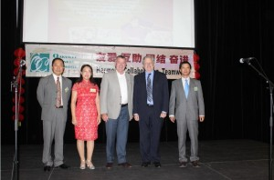 Oakville华人联盟理事:Richard Chen, Rena Lu, Kai Liu与安省议员兼劳工部长Kevin Flynn和Oakville市长Rob Burton合影留念。